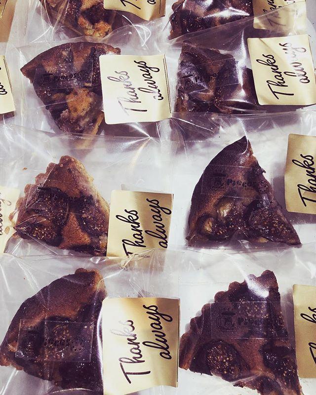 黒いちじくのタルト 明日のカモミレフェスタにお持ちします!タルト、お問い合わせありがとうございます。#スコーン #ほろほろスコーン#いちじくのタルト #タルトケーキ #黒いちじく #季節のタルト #手作りタルト #タルトが好き #焼き菓子屋 #焼き菓子販売#焼き菓子専門店 #シフォンケーキ#カヌレ #美味しいおやつ#カフェスイーツお気軽にお問い合わせ下さい。@pieces_cookie ◆予約販売のお問い合わせはinstagramのdm、Facebook、LINEから承ります。◆受け渡し希望日より5日前までにご予約下さい。◆受け渡し希望時間は11:30〜18:00まで◆数が多い場合はご相談くださいませ。