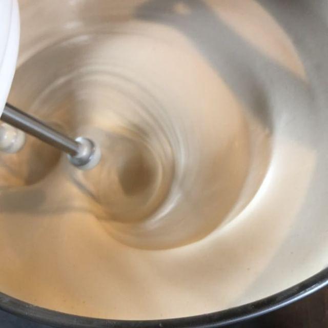 お誕生日ケーキのご予約頂きました。ジェノワーズはしっとり、ふわふわですよ。#パイとスコーン #バースデーケーキ #お誕生日ケーキ#オーダーケーキ#ジェノワーズ #オーダー焼き菓子#バースデー #ナッペ #デコレーションケーキ#生チョコトッピング #アイシングクッキーメッセージ