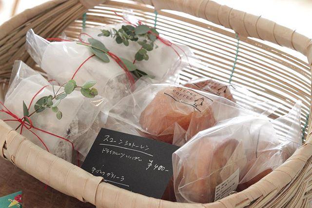 @784junctioncafe さんへ納品行ってきました。商品のお取り置きTELがあったそうで、嬉しい限り。ありがとうございます︎ 今回は塩糀のケーキもあります。数に限りがありますので、お早めにどうぞ。よろしくお願い申し上げます。#784junctioncafe #パイとスコーン #クリスマス #塩屋 #カフェ#古民家カフェ #素敵な空間#焼き菓子販売#オーダー焼き菓子 #委託販売#塩糀のケーキ#スコーンシュトーレン