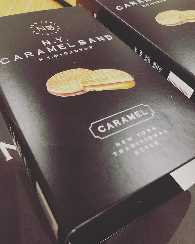 東京土産いただきました。わざわざ寒い中持ってきてくださって、、、ありがとうございました。さて明日は@taisanji_coffee さんで直売させて頂きます。11:00〜の予定です。ガトーショコラチャイのカヌレほうじ茶クランブルのチーズケーキ苺とホワイトチョコのスコーン生チョコのスコーン塩糀の生チョコチョコレートのシフォンケーキです。美味しいコーヒー️と一緒にいかがですか?よろしくお願い致します🤲2/16 土曜日は ムサシオープンデパート朝市カヌレは バニラ、チョコ、ほうじ茶の3種類ですよー。2/17 784junctioncafe  さんにて 韓国料金教室とプチマルシェです。レッスンに参加されないお客様も大歓迎です。ランチのご利用、お買い物にぶらっとお立ち寄り下さいませ。たくさんのお客様のお越しをお待ちしております。#焼き菓子詰め合わせ #baseアプリ #スコーン便 #スコーン部 #スコーンセット #スコーン #ガトーショコラ #チーズケーキ#クランブルチーズケーキ#生チョコ#ガナッシュ#太山寺#太山寺珈琲焙煎室 #販売日