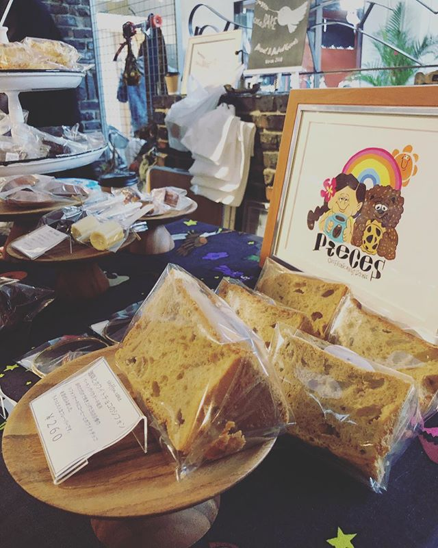 シフォンケーキはコーヒーとホワイトチョコレートブースの前は@ansisicoffee_tarumi  さんです。コーヒー️のいい香りが…幸せなブースです。#カヌレ好き #カヌレ #イベント出店#神戸シェアマーケット#シフォンケーキ#焼き菓子屋#焼き菓子販売 #オーダー焼き菓子#pieces焼き菓子