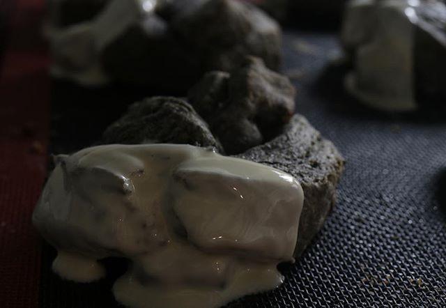 男前な真っ黒いスコーン黒ごま、黒豆きな粉、竹炭パウダーホワイトチョコをディップ#神戸市西区 #焼き菓子屋#焼き菓子販売 #スコーン好き #カヌレも焼きます #ほろほろスコーン#真っ黒な#真っ黒いスコーン#四つ葉バター #美味しいよ