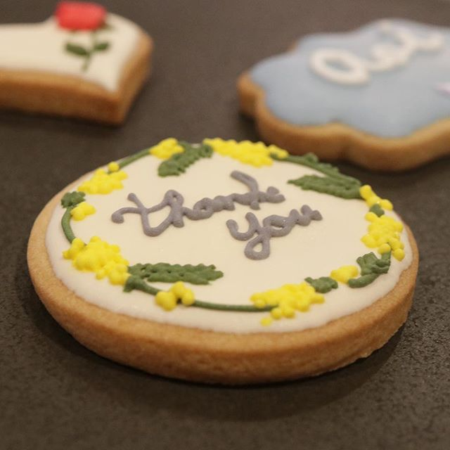 オーダーありがとうございました。春らしくミモザをデザインしたメッセージクッキー。piecesのアイシングクッキーはクッキー生地が厚めです。その理由は 食べていただければ分かります♡#ありがとう#アイシングクッキー#icingcookies #sugarcookie #メッセージクッキー#記念日に#ご挨拶に #焼き菓子ギフト #コーヒーのある暮らし #icingcookies #焼き菓子詰め合わせ #クッキー #オーダークッキー#よろしくお願いします