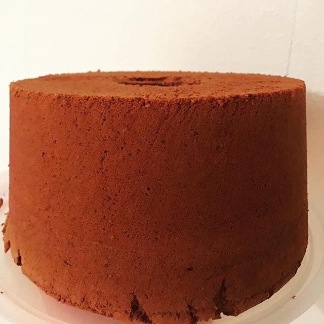 チョコレート シフォンケーキ#chiffon21 ナイフで型抜き。チョコレートのシフォン実はむちゃくちゃ苦手です。昨日の勉強会ですごいいいポイントを聞いたのでさっそくやってみました。すごい。#シフォンケーキ #ふわふわ #シフォンサンド#チョコレートのシフォンケーキ#シフォンケーキ作り #ナイフ #シフォンナイフ#チョコレートのお菓子#焼き菓子 #焼き菓子販売#オーダー焼き菓子 #pieces焼き菓子