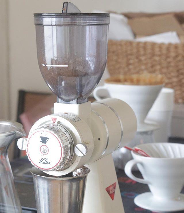 コーヒー️今日もたくさん淹れましたー。ありがとうございます♡@taocacoffee さんのハウスブレンドとグァテマラをペーパーorステンレスフィルターで。飲み比べのお客のお客様も˚✧₊⁎❝᷀ົཽ≀ˍ̮❝᷀ົཽ⁎⁺˳✧༚ また機会があればコーヒーの提供も そして今日は昨日ムサシ朝市でご一緒させて頂いた @kabakuncurry さんにもお越しいただきました!ありがとうございます。明日は、、、シフォンケーキ23㎝型で試作。普段は20㎝を愛用しているのでどんな風に生地が膨らむのか楽しみです!piecesのシフォンケーキはベーキングパウダーを使用しておりません。卵の力だけでふわふわ、しっとりに焼き上げます!春メニューに桜シフォンも#美味しいもの #シフォンケーキ作り #コーヒーのある暮らし #プチマルシェ#韓国料理教室#ビビン麺 #ドライフラワー#焼き菓子販売 #パン#マルシェ #イベント出店#塩屋#784junctioncafe