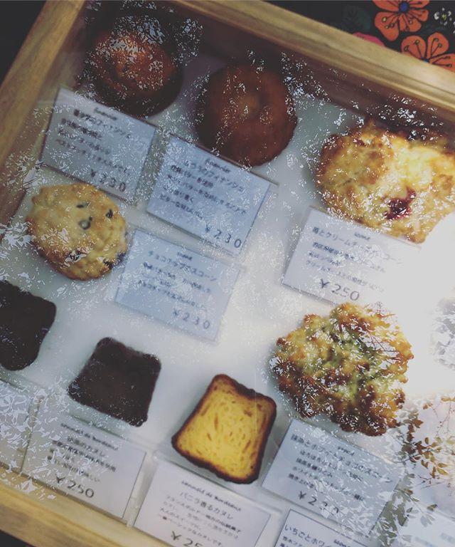 太山寺珈琲焙煎室販売会ありがとうございました。すごく心地いいお天気で春休みの子供達もいっぱい賑やかな1日でした。次回は4/10水曜日です!よろしくお願い申し上げます。#焼き菓子屋#焼き菓子販売#pieces焼き菓子#ありがとうございます今日からディスプレイを変えました。どうしても日差しに当たる個包装のお菓子たちが汗をかいてしまい、とても残念なことになってしまいます。それを防ぐためにお客様にベストな状態の物をお渡しするためにディスプレイボックスに直接お菓子を並べることにしました。テーブルいっぱいにお菓子を並べるディスプレイも好きだけどしばらくこのままいきます。