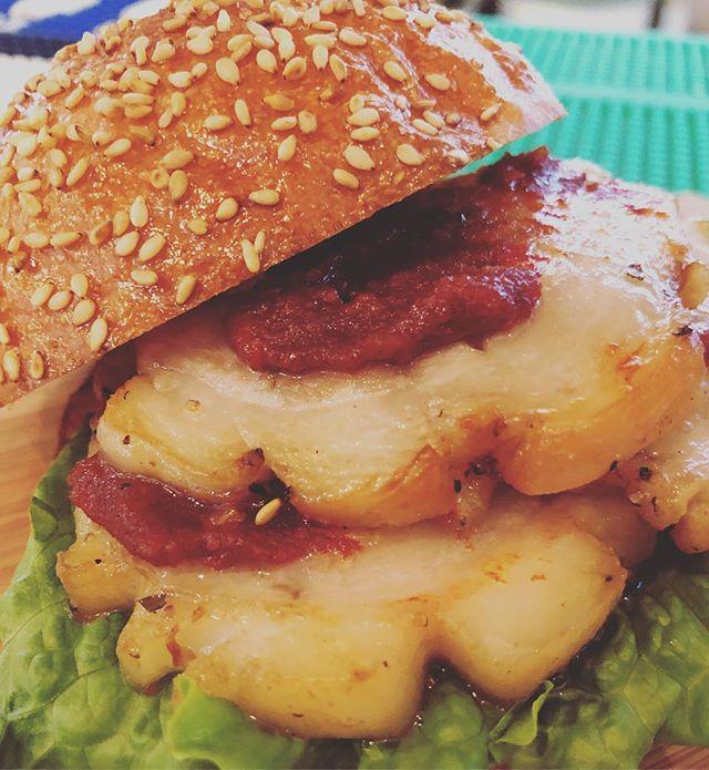 15:00までランチ営業終了ですご来店ありがとうございます。コチュジャン美味しすぎる。持ち込みコチュジャンでまかないバーガーごちそうさまでしたー。#バンズがうまい #ハンバーガー部 #ハンバーガー巡り #朝焼きバンズ #明石#コチュジャン #ポルケッタ#まかないバーガー