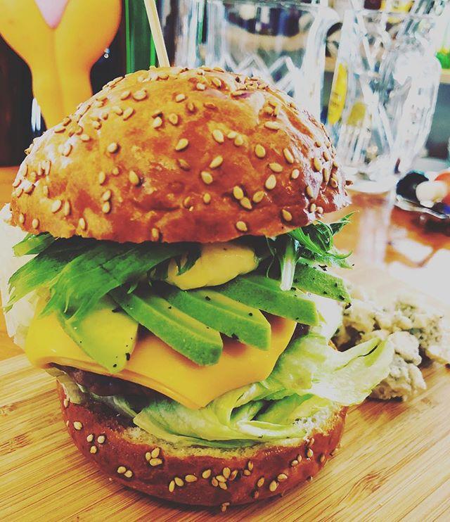 今日は@l.a.burger_luanaqua に出勤します!雨が降りだす前にお昼ごはんは、ハンバーガー#明石#グルメバーガー#ハンバーガー #明石ランチ#ハンバーガー#アボカドバーガー #ランチ#ハンバーガー巡り #ハンバーガー部 #朝焼きバンズ#バンズがうまい