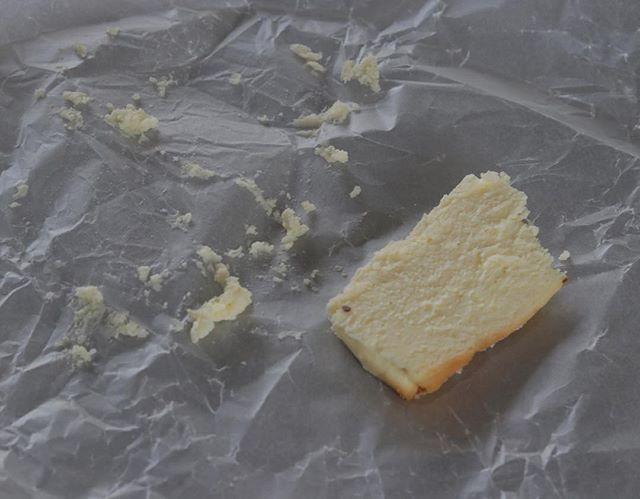 4/24 水曜日isajiaさんでのプチマルシェ12㎝ ホール チーズケーキをプレ販売させて頂きます。クリームチーズにマスカルポーネ、自家製サワークリームを入れ粉は最低限の量に。しっかりチーズを味わえて軽さもプラスした美味しいチーズケーキに仕上げました。12センチ1人でペロッといけちゃうー。とのお声をいただいております。お取り置き承ります。1台 1400円 (箱入り)1p  380円よろしくお願い申し上げます。#チーズケーキラッピング #チーズケーキ#サワークリーム#マスカルポーネ#クリームチーズ #チーズケーキ#焼き菓子ギフト #母の日のプレゼント #焼き菓子販売#pieces焼き菓子 #焼き菓子屋#おやつや#ドライフラワーのある暮らし #パン#ドライフラワー#白パン4/24 は、ぜひisajiaさんへ