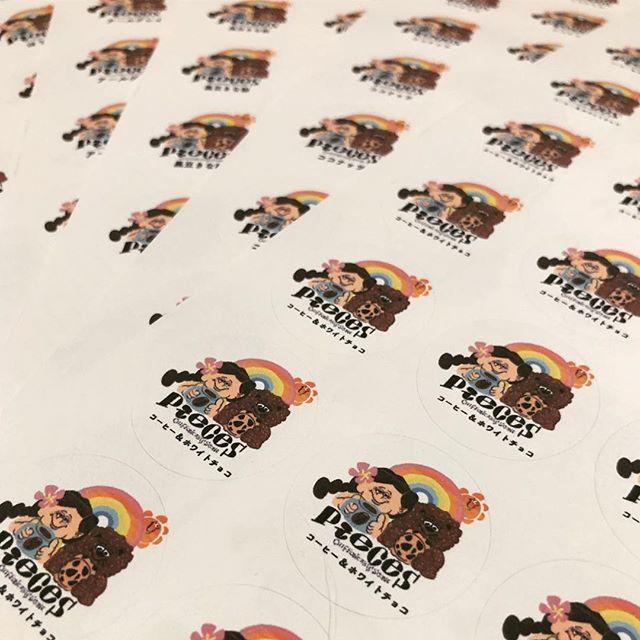 フレーバーシールをプリントシフォンケーキに貼る予定です。piecesロゴこれ、見たことあるーってお声が昨日もチラホラと♡嬉しい限り#シフォンケーキ作り #シフォンケーキ#ベーキングパウダー不使用#卵の力#ロゴ #pieces焼き菓子#カヌレ #カヌレ部 #手作りカヌレ#神戸カヌレ
