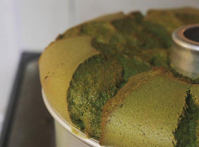 しつこいようですが明日5/5は #姫路ロハスパーク でお待ちしてます。今日も素敵にシフォンケーキが焼き上がりました。抹茶、プレーン、チョコ、ゼブラ、コーヒーとホワイトチョコチップ全5種piecesのシフォンケーキはしっとりふわふわ口溶けが良くなによりベーキングパウダー不使用卵の力だけで焼き上げています!ぜひ一度ご賞味くださいませ。抹茶は京都の宇治抹茶を使用しています。おひさまにあたると変色してしまいがち…なので大切にしまっております。ご入り用の方はお声かけください。ラッピングもシール貼りも全て完了!あとは忘れ物がないよーに最終確認、、、 #イベント情報 #ロハスパーク #ロハス#姫路#gw#連休中#日曜日#姫路城 #シフォンケーキ#スコーン #ほろほろスコーン#カヌレ #美味しいおやつ#おやつや #カヌレ部#カヌレ屋 #神戸カヌレ#抹茶スイーツ #チョコレート #ほうじ茶#よろしくお願いします