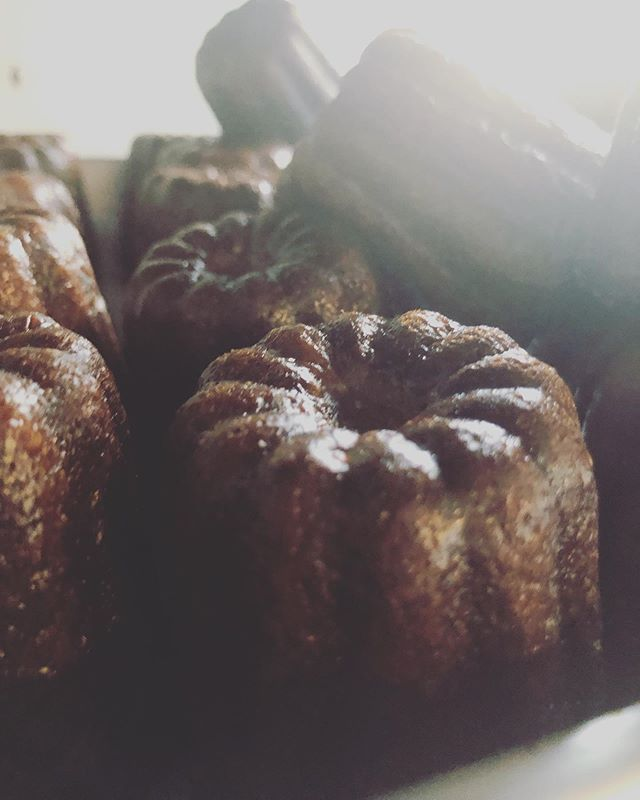 カヌレ明日は3種類お持ちします。プレーンチャイチョコレートシフォンケーキは5種類ベイクドチーズケーキです。piecesはお菓子のお店です。心を込めて1つ1つ丁寧に明日は東遊園地でお待ちしております!よろしくお願い申し上げます。5/26 日曜日@784junctioncafe まんぷく食堂11:00〜無くなり次第終了ランチプレートは予約完売しましたが、龍まき寿司さんの巻き寿司やパンや焼き菓子もたくさん販売させて頂きます!そちらをお買い求め頂きお席でゆっくりお召し上がりいただけます!その他ステキな作家さんの作品を見にぜひいらしてくださいませ。#シフォンケーキ専門店 #シフォンケーキ部 #シフォンケーキ#ベーキングパウダー不使用#卵の力#カヌレ#カヌレ部 #手作りカヌレ #カヌレ焼きました#カヌレ好き #カヌレ型 #焼き菓子屋 #焼き菓子 #焼き菓子専門店 #eatlocalkobe