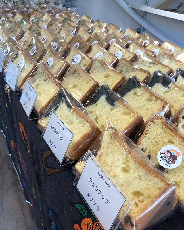 おはようございます🌞今日は kiitoさんにてフェリシモ ママフェスタに出店しております。シフォンケーキは9種類プレーンバニラ麻炭モリンガ黒豆きな粉コーヒーとホワイトチョコチップ黒糖チョコチップココナッツベイクドチーズケーキです。15:00までお待ちしてます!#フェリシモ#ママフェスタ#kiito#pieces焼き菓子#シフォンケーキ