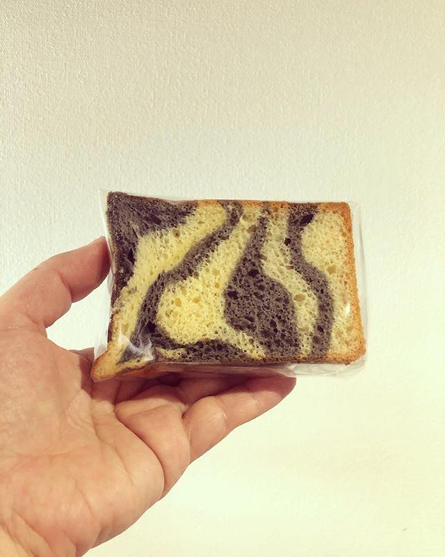 明日のファーマーズマーケットにお出しするシフォンケーキは全てシマシマ🦓シフォンでございますー。麻炭パウダークワの葉コーヒー黒豆きな粉黒胡麻です。チーズケーキは、ベイクドチーズケーキ🧀バスク風チーズケーキ🧀 テリーヌ風チーズケーキ🧀3種類です!よろしくお願い申し上げます。#イベント情報 #ファーマーズマーケット#eatlocalkobefarmersmarket #eatlocalkobe #しましま#シフォンケーキ#ベーキングパウダー不使用#卵の力#しまうまシフォン