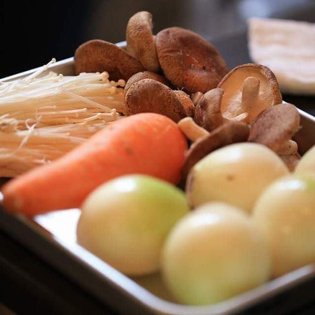 追記重ね煮教室 あと少しで満席となります!この機会にぜひご参加下さいませ。当日piecesはシフォンケーキを販売させて頂きます。レッスン参加されない方も大歓迎です!その他韓国料理教室の先生もコチュジャンやお惣菜の販売されます!すごく美味しいのでぜひ。おはようございます🌞先日、まんぷく食堂で大好評だった重ね煮のランチプレート !!レッスン開催決定!6/24 月曜日@784junctioncafe さんで@kauoko_kato 先生による重ね煮料理教室を開催します!場所 784junctioncafe 時間 10:30〜14:00参加料 お一人様 5500円お昼ごはんに、基本の重ね煮 アレンジ料理プレートとお味噌汁をお召し上がりいただきます。当日は@pieces_cookie シフォンケーキとチーズケーキを販売させて頂きます。よろしくお願い致します🤲お問い合わせは@kauoko_kato さん@pieces_cookie pieces.chiffon@gmail.comまでよろしくお願い申し上げます。すでにご予約埋まってきております!お早めにどうぞ!#784junctioncafe #塩屋#塩屋カフェ #重ね煮#重ね煮レシピ #重ね煮料理 #重ね煮アレンジ #重ね煮教室#pieces焼き菓子