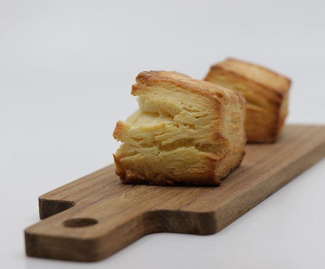 明日は@784junctioncafe さんにて@kauoko_kato 先生による重ね煮教室です。ご参加のみなさまよろしくお願い申し上げます。@pieces_cookie  はブルーベリーのチーズケーキベイクドチーズケーキコーヒーチーズケーキスティックドリンクは、@pranachaijp さんのchaiのコールドブリューを提供させていただきます。お買い物だけでもぜひお立ち寄り下さいませ。コチュジャン、キンパ、トマトキムチなどの販売もございます!お待ちしております。6/30 Ollds Meet は、パスコンをメインに出店致します。こちらも、よろしくお願い致します🤲#イベント情報 #784junctioncafe #イベント#塩屋カフェ #お料理教室#重ね煮 #焼き菓子販売#おやつや#pieces焼き菓子#パスコン#パイとスコーン#チーズケーキと