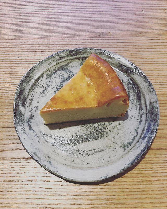 ベイクドチーズケーキには自家製サワークリームを入れてます。その分量を少し多めに。今日のチーズケーキは誰に試食してもらおうか。#瓶入りチーズケーキ #ベイクドチーズ#チーズケーキと#チーズケーキ試作#チーズケーキ屋さん#チーズケーキ部#pieces焼き菓子#おいしいよ#器#馬場勝文#刷毛目