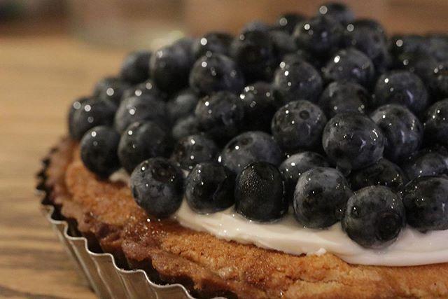 ブルーベリーたっぷりのせてブルーベリーとマスカルポーネクリームの贅沢タルトうひゃーっ。美味しそう!#奥丹波#奥丹波ブルーベリー#オーガニックブルーベリー#無農薬ブルーベリー #ジャム #コンフィチュール#ブルーベリー#ジャム作り #ブルーベリーのジャム#瓶入りチーズケーキ#シャムを食べる#焼き菓子屋さん#おやつや#pieces焼き菓子屋 #神戸市西区#焼き菓子販売#チーズケーキ#ほろほろスコーン#口溶けシフォンケーキ#タルト#ブルーベリーのタルト#タルトケーキ