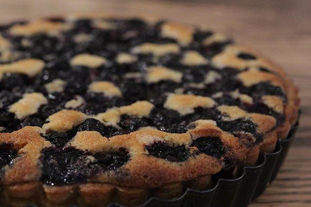焼き込みタイプのタルトいい香り。ダマンドは隠し味を加えて軽く仕上げてます!#奥丹波#奥丹波ブルーベリー#オーガニックブルーベリー#無農薬ブルーベリー #ジャム #コンフィチュール#ブルーベリー#ジャム作り #ブルーベリーのジャム#瓶入りチーズケーキ#シャムを食べる#焼き菓子屋さん#おやつや#pieces焼き菓子屋 #神戸市西区#焼き菓子販売#チーズケーキ#ほろほろスコーン#口溶けシフォンケーキ#タルト#ブルーベリーのタルト#タルトケーキこの季節のシュクレ作りかなり難しいもうちょいエアコンきいてくれたらなー。