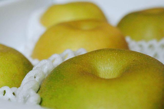 主人の実家から立派な梨が届きました。ありがとうございますー。#梨#高級品種#鳥取県産#季節の果物#季節を感じられる#梨の#pieces焼き菓子#梨のスムージー#次女が大好き #梨のスイーツまずはそのままでいただきます。明日は@nagonago_pan さんが田中さんのイチジクを買いに行ってくれるので次は、今期1回目のジャムを炊く予定です。ジャムを食べるためのチーズケーキ🧀