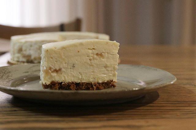 新作チーズケーキ🧀底に敷いたザクザクのクランブルハーブの香りをうつした生クリームに田中さんのイチジクをピューレにして加えたクリームチーズ 美味しい。美味しいよ。#新作#チーズケーキ#ハーブとコンフィチュール#ハーブのチーズケーキ#ジャムを食べるためのチーズケーキ#pieces焼き菓子#チーズケーキと#チーズケーキ新作#チーズケーキ試作 #イチジク#イチヂクのジャム#季節を感じられる