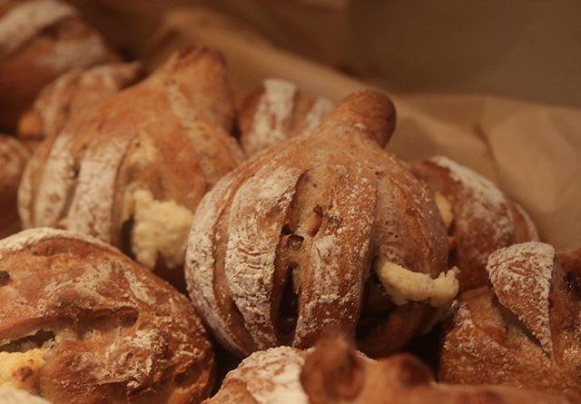 @cafe.clotho さんで@renryo88 宮西先生の出張レッスン。淡路島合宿で食べたイチジクのパンが忘れられず〜美味しい時間ありがとうございました!#パンレッスン#イチジクフェア#神戸#パン教室#イチジク#パン好き #ドライイチジク#フィグ #美味しいパン#美味しい時間