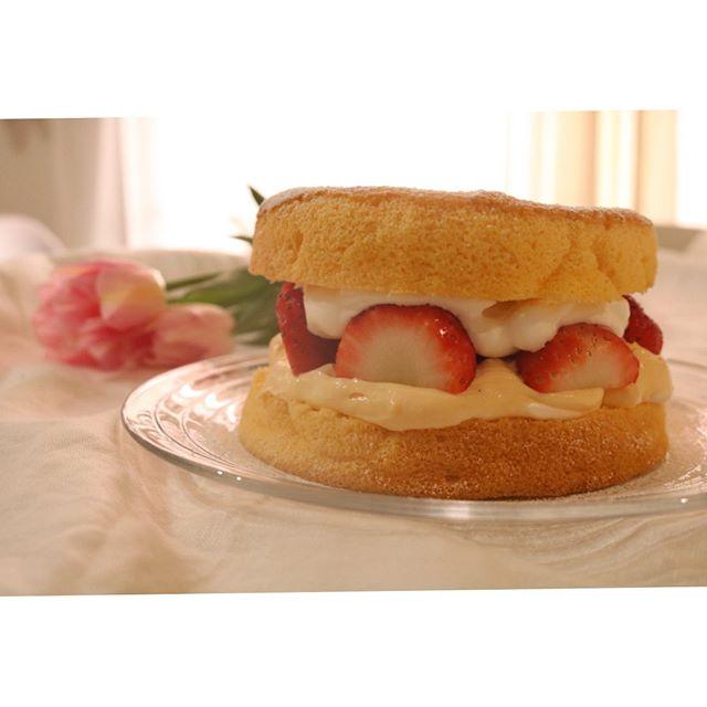 昨日はカスタードクリームを3度炊きました。かたさ調節とお砂糖の種類写真は春に焼くカスタードケーキ完成したカスタードは焼き菓子屋が焼くクリームパン🥐にたっぷり詰め込んで限定数販売いたします!9/14 土曜日ロハスパーク 赤穂でお待ちしてます ( ^ω^ )#カスタードクリーム#カスタードケーキ#カスタード#焼き菓子屋が焼く#シリーズ#pieces焼き菓子#焼き菓子販売#苺#シュークリームも#シュー生地#クリームパン#パンとクリームのバランス