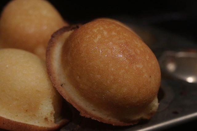 piecesのレモンケーキ🍋じわじわとファンが増えつつありますー。ありがとうございます♡レモン🍋果汁とピールをふんだんに使い爽やかな香りが口いっぱいに広がります。上掛けのアイシングにも果汁たっぷりです。12/7 明石ロハスパーク12/8 @otaishi_marche 両日、お持ちしますのでぜひお買い求めくださいませー。#明石ロハスパーク#ロハスパーク#明石公園#イベント出店#pieces焼き菓子#焼き菓子販売 #シフォンケーキ#スプーンチョコレート #バーチディダーマ#イタリア焼き菓子#貴婦人のキス#おやつや#ギフト#焼き菓子詰め合わせ