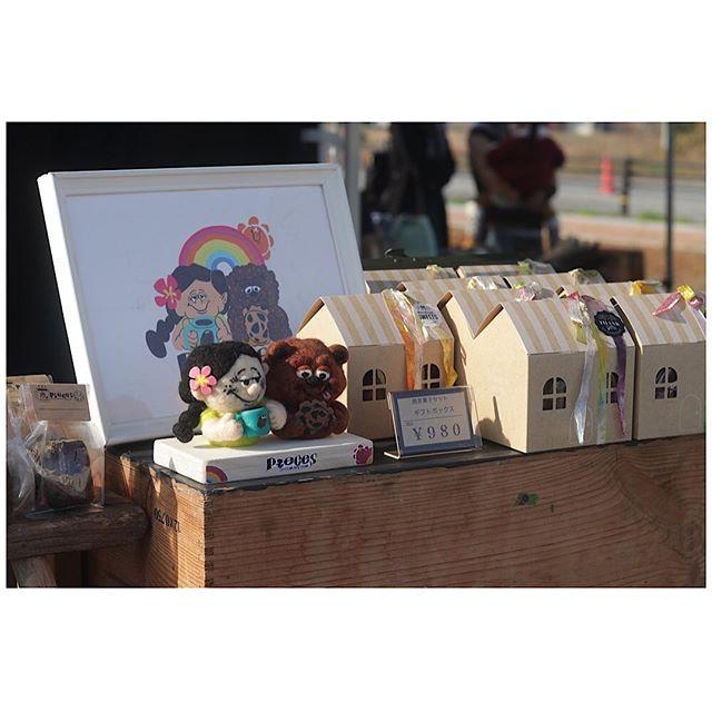 @uzura_no ウズラーノ飛行場フェスティバル賑わってますよー。ギフトボックス残4です!@miki._.f さんにお願いしたチクチクも今日からデビューしてますよー。むちゃくちゃ可愛いです。久々にイベントディスプレイの撮影ができました。笑笑#クッキーラッピング終わり #クッキーラッピング #焼き菓子ギフト#ギフトボックス#焼き菓子屋 #焼き菓子詰め合わせ#カヌレ #pieces焼き菓子#ウズラーノ#ウズラーノ飛行場フェスティバル#加西市#イベント出店