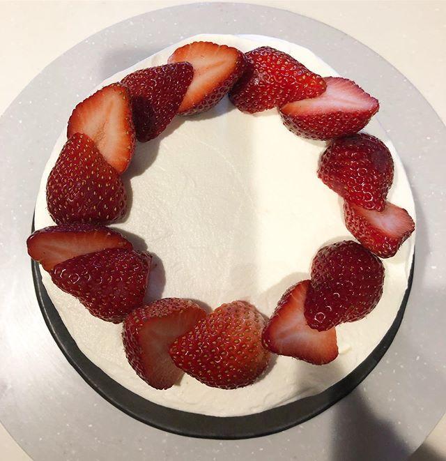 焼き納め苺のショートケーキ生クリームがギリギリで飾り絞りは無し2019年piecesのお菓子をお買い上げいただきありがとうございました!出会った全ての方々に感謝致します。皆さま、良いお年をお迎えくださいませ来年は2020/01/11@634asaichi ムサシ朝市からスタートです。よろしくお願い申し上げます。1/18 eat local kobe1/25 ムサシ朝市#苺ショートケーキ #ショートケーキ#苺のショートケーキ #pieces焼き菓子#pieces#ジェノワーズ#ナッペ#ありがとうございました。#来年もよろしくお願いします