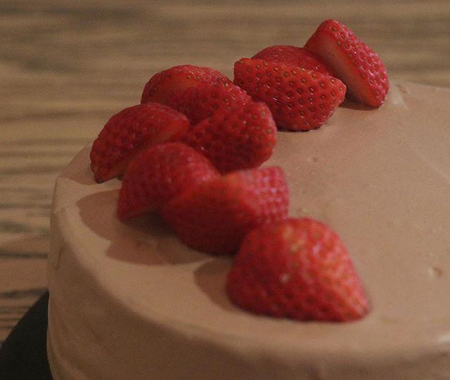 2020初焼き生チョコデコレーションケーキ自慢のジェノワーズシロップをうたなくてもしっとりふわふわです。今年はドシドシお誕生日ケーキはもちろん来月のバレンタイン、お雛様などなどホールケーキのご予約承ります!サイズは5号サイズのみ生クリームorチョコレートをお選びください。フルーツは時期により異なります!お受け取りの3日前までにご予約下さい。この他いろいろ温めてきたものをたくさん放出できるように…さっそく1/11 土曜日ムサシ朝市から始動します!よろしくお願いします。#生チョコデコ#デコレーションケーキ#自慢のジェノワーズ#ジェノワーズ#ショートケーキ#ナッペ#苺のショートケーキ#チョコレートケーキ #5号サイズ #pieces#pieces焼き菓子#ムサシ朝市#クッキーボトル #バターサンドクッキー #クッキー缶