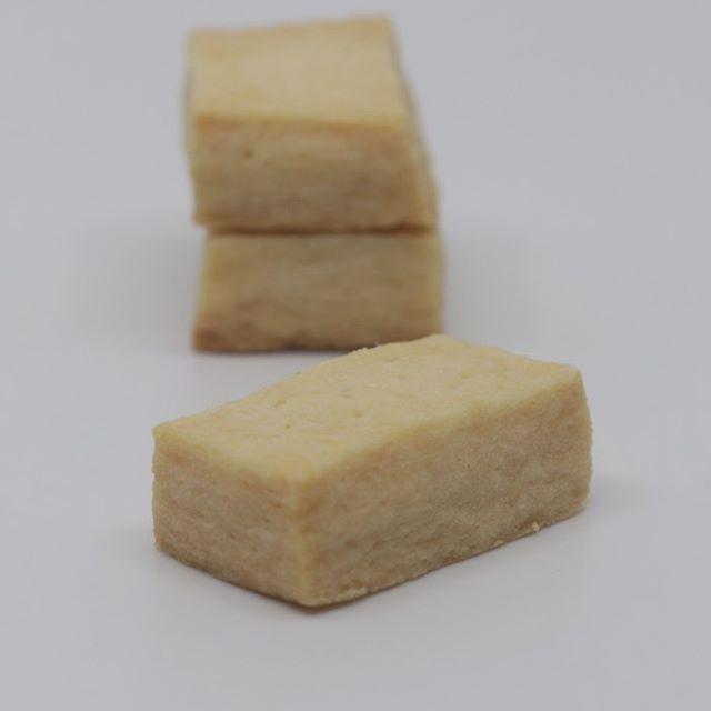 クッキーボトルショートブレッドスコットランドの伝統菓子バターをたっぷり使用しサクサクとした食感です。CO○○CO では大容量で販売してますよねー。クッキーショートブレッドアールグレイバニラザクザクチョコチップガレットブルトンヌスノーボールクッキーフロランタン7種をレギュラーメニューにあと1つは毎回新しいクッキーを入れます。お楽しみに!! 明日はずっと温めてきたバターサンドクッキーを試作しまーす。もう何回作ったのかわからないっっっ。2月より販売できるよう調整中です!イベント出店1/18 eat local kobe ファーマーズマーケット 東遊園地1/25 ムサシ朝市 ウェルネスパーク2/2 エクラ雑貨市小野市2/8 eat local kobeファーマーズマーケット 東遊園地2/11 パンとお菓子のフェスティバルメッセ三木雑貨市と同時開催2/29 eat local kobeファーマーズマーケット 東遊園地3/14 eat local kobeファーマーズマーケット 東遊園地3/20 和歌山シュシュマーケットビッグホエール3/21 小麦サミット姫路 大塩3/22 パンとお菓子のフェスティバル三田 有馬富士#クッキー#クッキー缶#ショートブレッド #ガレットブルトンヌ#サブレ #チョコサブレサンド#バターサンドクッキー#バターサンド#クッキージャー#クッキーボックス  #発酵バター#四つ葉バター #カルピスバター#バタークッキー#焼き菓子#pieces焼き菓子#pieces #ミニサイズクッキー#アイスボックス#店舗無し#店舗無しお菓子屋#イベント出店#ガトーショコラ#ショートブレッド