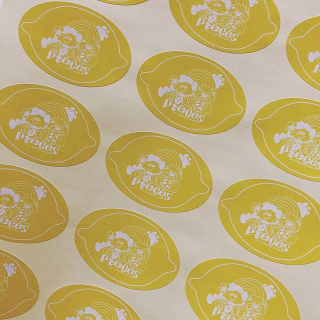 包材ネタが続きますがお付き合いくださいませ。コチラ見たまんまレモンケーキ用のシールです。ホントはレモン型に🍋くり抜いてシールにしたかったけど予算の都合上、楕円形に。可愛い仕上がりに大満足ですー。他にもパウンド型でやくケークシトロンやレモンチーズケーキにも使えるかな。2/2 日曜日エクラ雑貨市からデビューします!レモンケーキ🍋よろしくお願いします🤲#クッキー #レモンケーキ #レモン🍋 #レモンのケーキ#クッキー缶#ショートブレッド #ガレットブルトンヌ#焼き菓子#pieces焼き菓子#pieces #ミニサイズクッキー#アイスボックス#店舗無し#店舗無しお菓子屋#イベント出店 #クッキー屋さん#神戸市西区#おやつや1/25 ムサシ朝市 ウェルネスパーク2/2 エクラ雑貨市小野市2/8 eat local kobeファーマーズマーケット 東遊園地2/9 パンとお菓子のフェスティバル高砂総合運動公園2/11 パンとお菓子のフェスティバルメッセ三木雑貨市と同時開催2/29 eat local kobeファーマーズマーケット 東遊園地3/14 eat local kobeファーマーズマーケット 東遊園地3/20 和歌山シュシュマーケットビッグホエール3/21 小麦サミット姫路 大塩3/22 パンとお菓子のフェスティバル三田 有馬富士