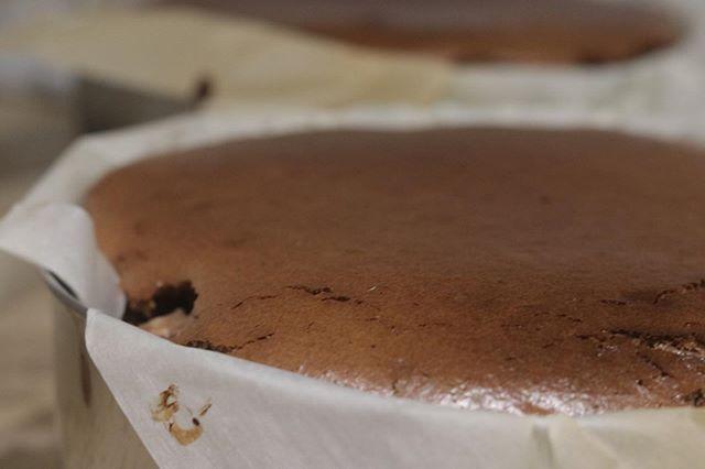 今日はベイクドチーズケーキショコラチーズケーキブラウニーとチーズケーキ桜餡チーズケーキ蒸し焼きガトーショコラ13台焼きました。写真はショコラご予約頂いているお客様お待たせして申し訳ありません。明日発送させて頂きます!よろしくお願い申し上げます。#pieces焼き菓子屋#pieces#焼き菓子販売#焼き菓子屋さん#シフォンケーキ#スコーン #チーズケーキ #クッキー #cookies#イベント販売#イベント出店 #店舗なし#神戸市西区#玉津インターすぐ#ご予約承ります#よろしくお願いします3/3 (月)9:00〜西区にある ハナサクプラスさんで間借り販売させて頂きます。3/7 (土)arbleplus market姫路3/8 (日)@and____and29 さん今のところ開催予定です。よろしくお願い申し上げます。
