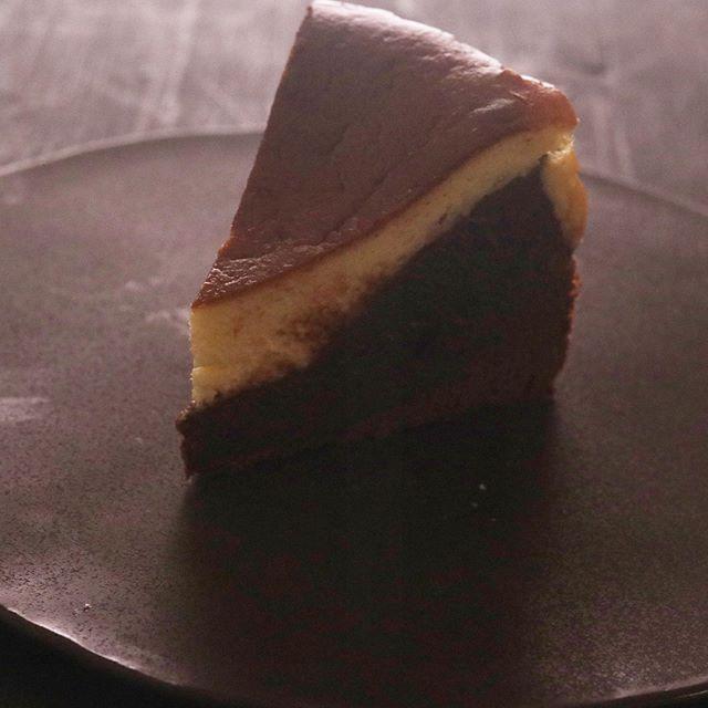 ブラウニー&ベイクドチーズケーキチーズケーキ4種セットの1つカカオマス入りのブラウニー生地濃厚でねっとりした味わいとあっさり系のチーズケーキとの相性をお楽しみください!20㌢ 1/8カット 450円BASEではプレーン×1ショコラ×1ブラウニー×1季節限定 桜餡×14pc セットでの販売です。季節限定チーズケーキ桜餡は4月末までの販売5月からは日本茶を使ったチーズケーキ試作中準備できましたらお知らせ致します。よろしくお願い申し上げます。これで4種類全部、紹介できたかな。#pieces焼き菓子屋#pieces#焼き菓子販売#焼き菓子屋さん#シフォンケーキ#スコーン #チーズケーキ #クッキー #cookies#イベント販売#イベント出店 #店舗なし#神戸市西区#玉津インターすぐ#ご予約承ります 今日はリフレッシュしに淡路島へお昼は岩屋にある源平さんカフェはクラシックさんフランスエシレバターをたっぷり使ったクレープ!絶品でした。もちろん4/4 土曜日 開催予定のイベント打ち合わせもちゃんと行ってきましたよー。