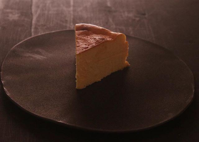 ベイクドチーズケーキBASEページ用に撮影しました。20㌢ 1/8カット 400円BASEではプレーン×1ショコラ×1ブラウニー×1季節限定 桜餡×14pc セットでの販売です。準備できましたらお知らせ致します。よろしくお願い申し上げます。#pieces焼き菓子屋#pieces#焼き菓子販売#焼き菓子屋さん#シフォンケーキ#スコーン #チーズケーキ #クッキー #cookies#イベント販売#イベント出店 #店舗なし#神戸市西区#玉津インターすぐ#ご予約承ります#よろしくお願いします