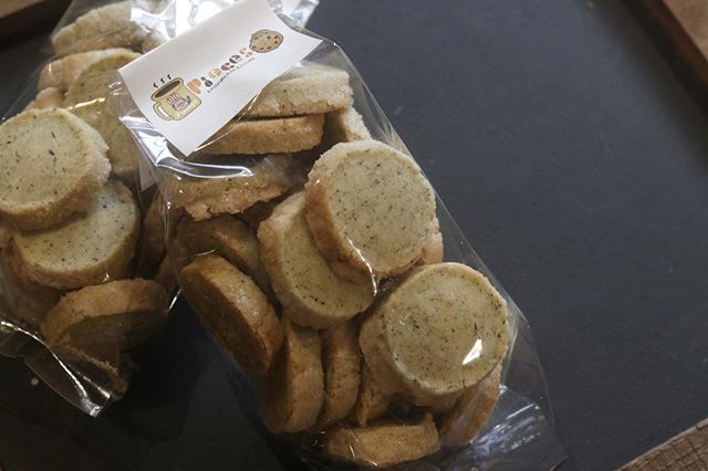 アイスボックスクッキーアールグレイpiecesNO.1 人気のアールグレイ20枚をセットにして販売します。お客様のリクエストから生まれた単品クッキーの販売@baseec からお買い物していただけます。クッキー缶と合わせていかがでしょう。#焼き菓子販売#焼き菓子屋さん#シフォンケーキ#スコーン #チーズケーキ #クッキー #cookies #スコーン #ダマンド#チョコバナナ #ホロホロスコーン#イベント販売#イベント出店 #店舗なし#神戸市西区#玉津インターすぐ#ご予約承ります#よろしくお願いします #レモンケーキ#広島県産レモン#レモンのおやつ #クッキー缶通販#おうち時間#お家時間#まったりタイム