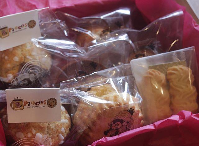 焼き菓子ギフトセットにしてお届けします。今日はマフィン2塩麹のフィナンシェ3プレーンスコーン1ヴィエノワクッキー2piecesの焼き菓子の中からセレクトしていただきお箱に詰めてお届けします。#焼き菓子販売#焼き菓子屋さん#シフォンケーキ#スコーン #チーズケーキ #クッキー #cookies #スコーン #ダマンド#チョコバナナ #ホロホロスコーン#イベント販売#イベント出店 #店舗なし#神戸市西区#玉津インターすぐ#ご予約承ります#よろしくお願いします #レモンケーキ#広島県産レモン#レモンのおやつ #クッキー缶通販#おうち時間#お家時間#まったりタイム2枚目pic昨日スタンプしたプラ用インクのopp袋可愛いね。