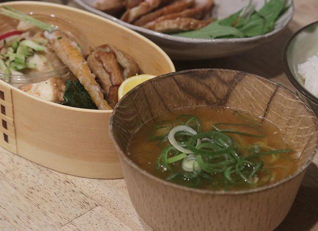 オーガニック料理教室ワクワクワークから始まった、いっしょにつくろう。いっしょにたべよう。ごはんとみそ汁バトン♪@nagonago_pan  さんから回ってきたバトンほっとできて、簡単に作ることができるごはんとみそ汁@kauoko_kato  先生から教わった基本の重ね煮にカボチャを入れた物をお味噌汁の具材にしました。野菜の旨味がたっぷりなのでお出汁を入れる必要がありません。アレンジも無限なので忙しい主婦必見の調理法です。メインは炊飯器で作った煮豚ホントのメインは@784junctioncafe さんのおかずセット。笑副菜は茄子の揚げ浸し今日は贅沢だ。#いっしょにつくろう#いっしょに食べよう #いっしょに食チャレンジ #みんなにありがとう#うちで過ごそう次にバトンを回すのは@linanoka6626 さん明石で天然酵母のベーグル屋さんをされています。自家製の食パンを使っただし巻きサンドのファンです。@napepan614 さんたつの市で美味しいパンを焼かれています。私はトマトのフォカッチャの虜です。@subaco.sa.mi.na さんたつの市で見た目も可愛いー、美味しいおやつを販売されています。ヴィクトリアケーキが大好きです。よろしくお願いしまーす。