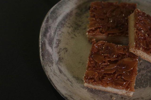 クッキー缶に入れるアーモンドフロランタン今日はココナッツロングを入れて焼いてみました。コレ、好きです。おまかせおやつセットに入れたいと思います。器は、大好きな #馬場勝文 さんの刷毛目プレート#base #BASE #通販アプリ #stayhome #おやつ#スコーン #チーズケーキ #クッキー #cookies #スコーン #ダマンド#チョコバナナ #ホロホロスコーン#イベント販売#イベント出店 #店舗なし#神戸市西区#玉津インターすぐ#ご予約承ります#よろしくお願いします #レモンケーキ#広島県産レモン#レモンのおやつ #クッキー缶通販#おうち時間#お家時間#まったりタイム️#アーモンドフロランタン#フロランタン #ココナッツフロランタン